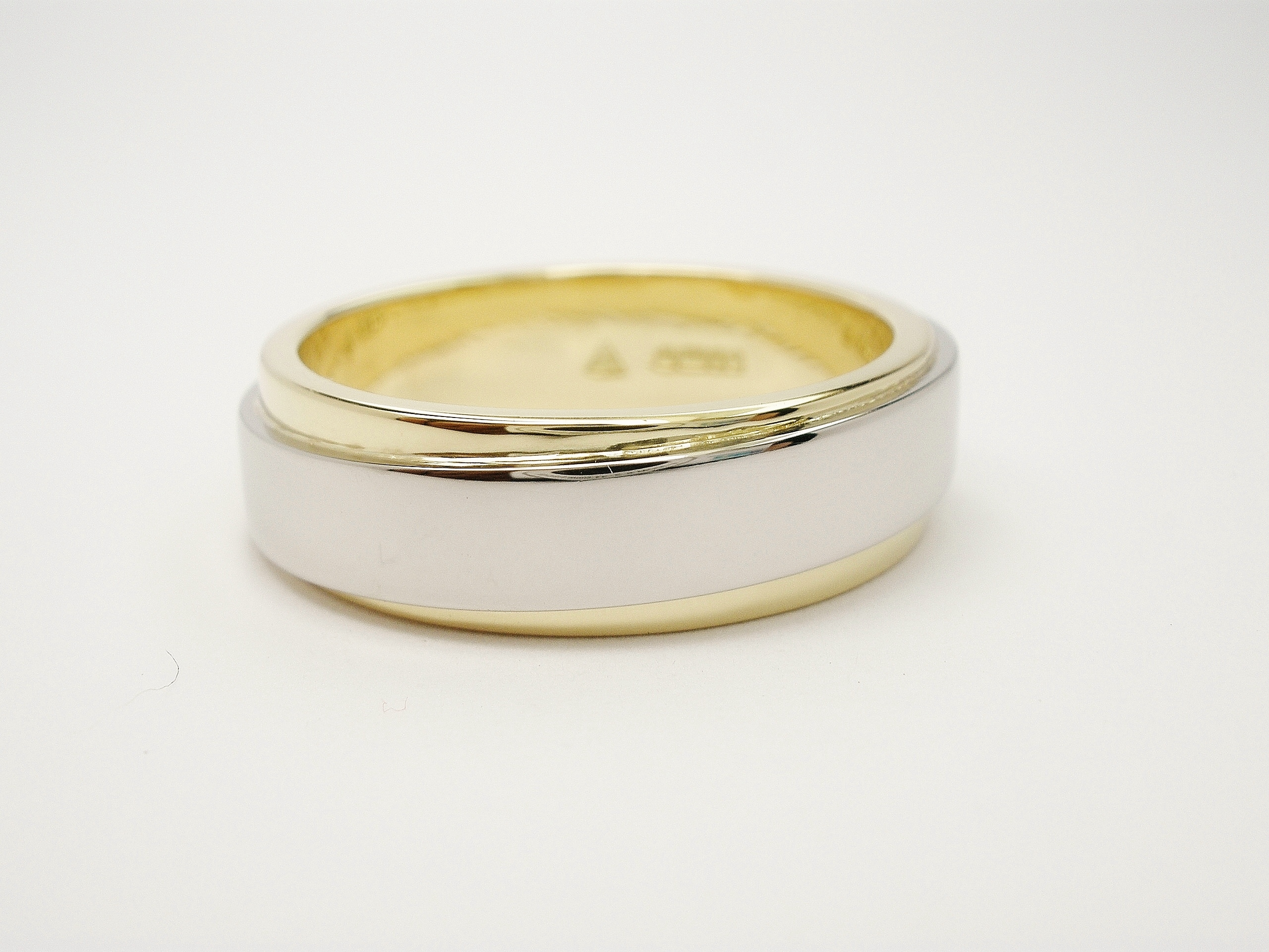 18ct. yellow gold & platinum gents 2 tone wedding ring. The broad yellow ring is overlaid with a narrower platinum 'orbitally' positioned band.