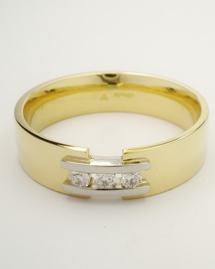 Gents 18ct. yellow gold wedding ring with a pair of platinum 'tram line' wires inlayed & bridging a gap across the top, set with 3 round brilliant cut diamonds.