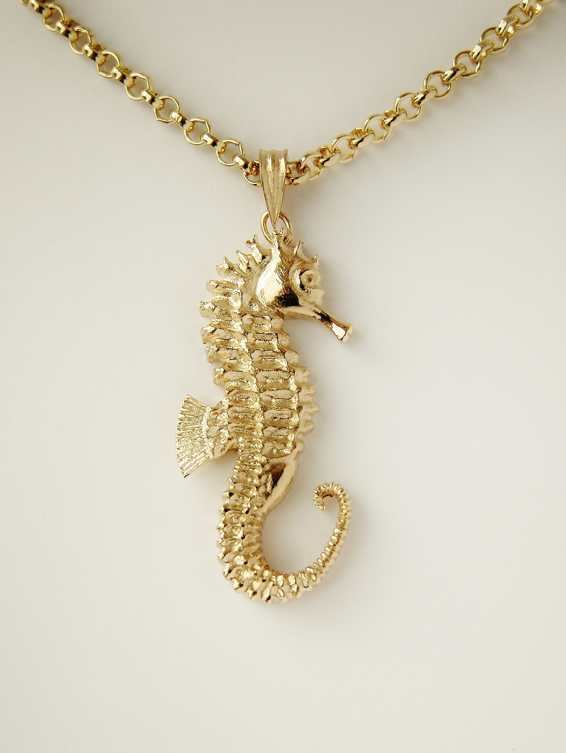 9ct. yellow gold hand carved 3D seahorse.