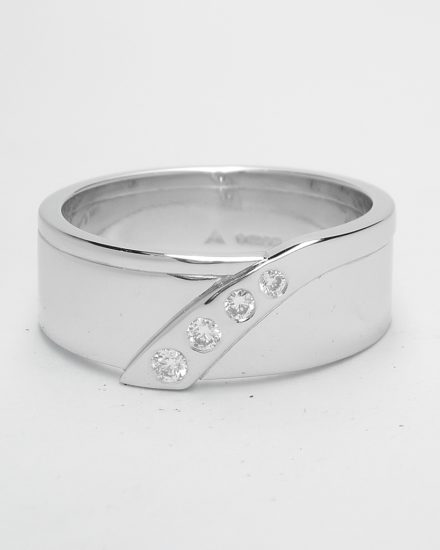 A gents platinum wedding ring flush set with 4 round brilliant cut diamonds that taper in size.