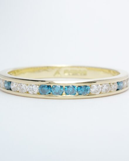 An 18ct. yellow gold 22 stone sky blue & white round brilliant cut diamond ring.