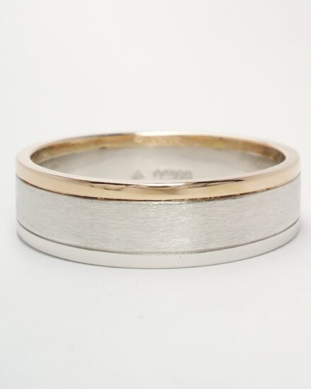 A gents platinum and 18ct. red gold wedding ring with a brushed centre and polished platinum and 18ct. red gold edges.